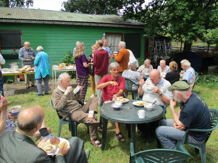 Foto van de lunch in de tuin