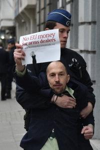 foto: vredesactivist wordt weggesleept