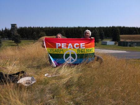 vredesactivisten bovenop bunker met kernwapens