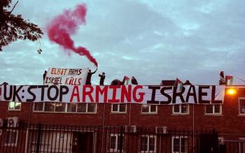 foto actie met spandoek Stop arming Israel